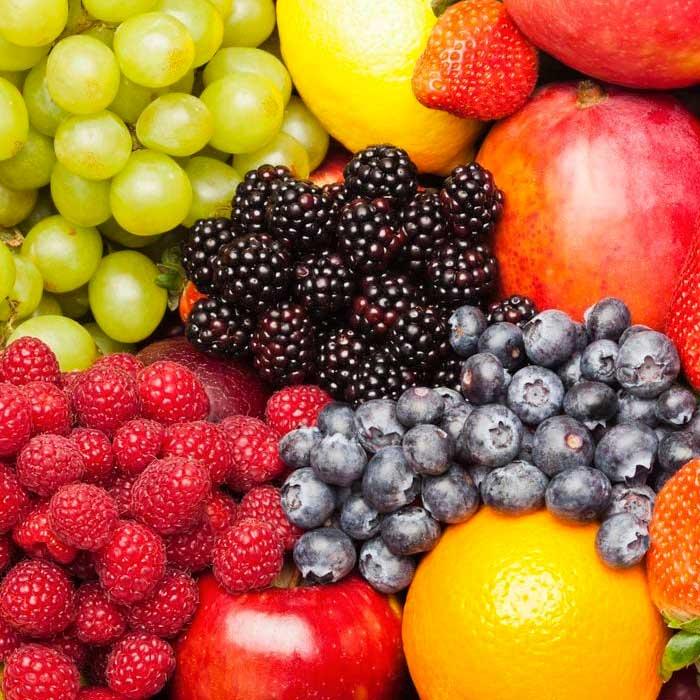 מגשי פירות עם פירות עונה איכותיים