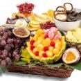 מגש פירות משולב יין ועוגה